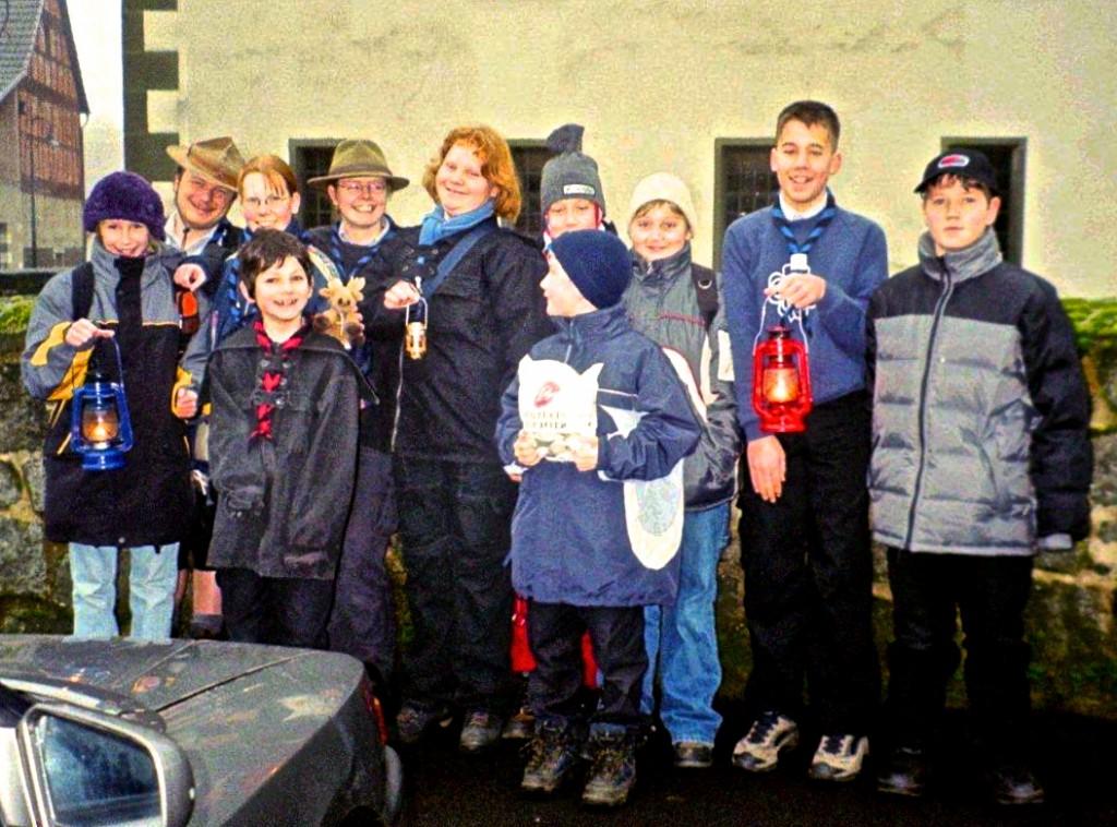 Ausflug zum Friedenslicht 2001 in Fulda mit 2 Betreuern und 9 Kindern.